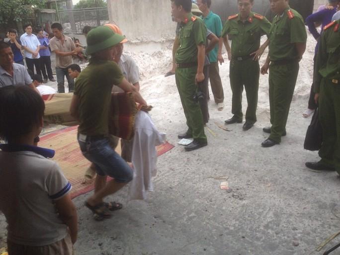 Từng thi thể các nạn nhân được đưa ra khỏi lò vôi bị sập