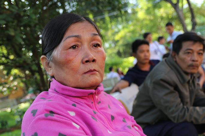 Bà Vũ Thị Thi (mẹ của bị cáo Vũ Văn Tiến) cùng chồng có mặt từ 5 giờ 30.