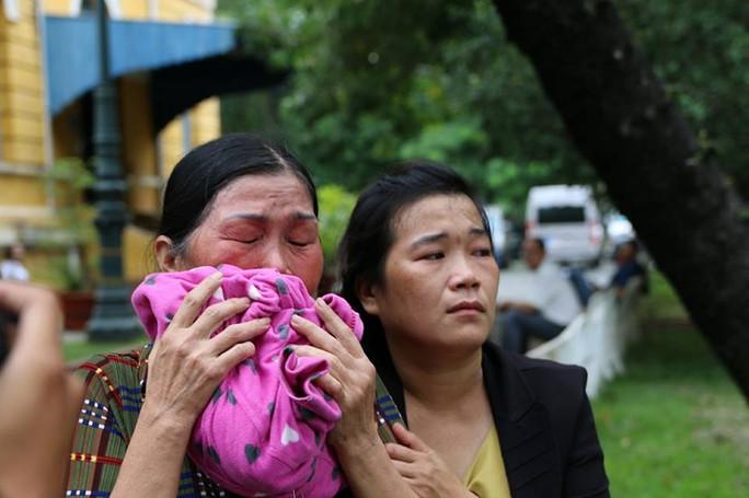 Bà Thi- mẹ bị cáo Tiến khóc từ phòng xử án ra đến cổng. Có lúc bà đi không vững