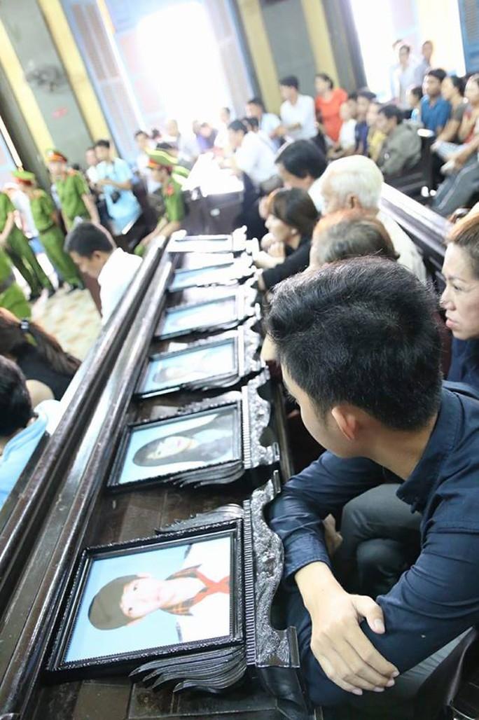 Người thân của 6 bị hại chăm chú lắng nghe tranh luận giữa luật sư và đại diện VKS