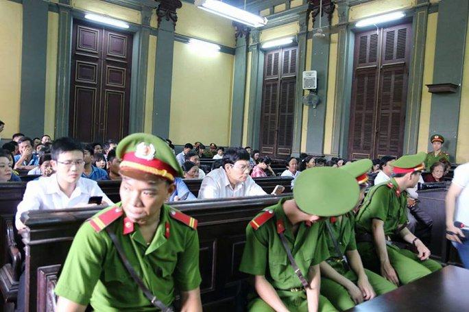 Dù đến gần 12 giờ trưa phiên xử buổi sáng mới tạm nghỉ nhưng nhiều người vẫn ở lại để dự tiếp phiên xử buổi chiều
