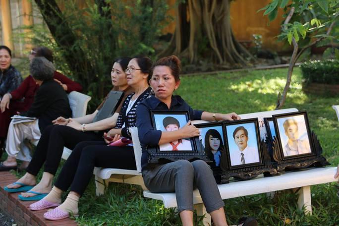 Ngay từ sáng sớm, người thân của gia đình ông Lê Văn Mỹ đã đến dự tòa phúc thẩm cùng di ảnh của 6 nạn nhân