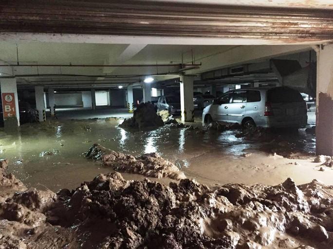 Bùn đất đầy trong hầm chung cư Giai Việt