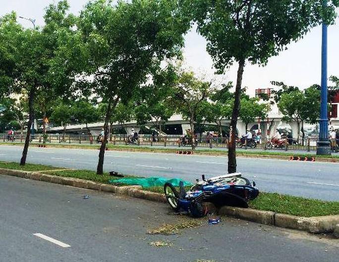 Chiếc xe máy vắt ngang trên dải phân cách sau vụ va chạm