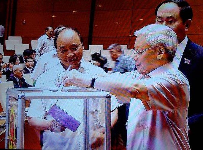 Tổng Bí thư Nguyễn Phú Trọng, Chủ tịch nước Trần Đại Quang, Thủ tướng Nguyễn Xuân Phúc tiến hành bỏ phiếu các chức danh chiều 22-7 - Ảnh chụp qua màn hình