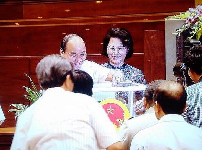 Thủ tướng Chính phủ Nguyễn Xuân Phúc bỏ phiếu - Ảnh chụp qua màn hình