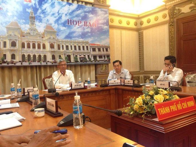 Chánh Văn phòng UBND TP Võ Văn Hoan (bài trái) chủ trì buổi họp báo trưa 1-8