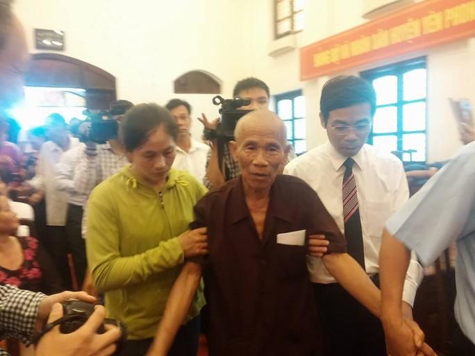 Ông Trần Văn Thêm được người nhà và luật sư hỗ trợ đi lại đến trung tâm văn hoá
