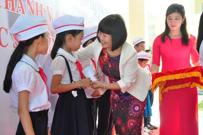 Đại diện Tổng LĐLĐ trao học bổng cho học sinh