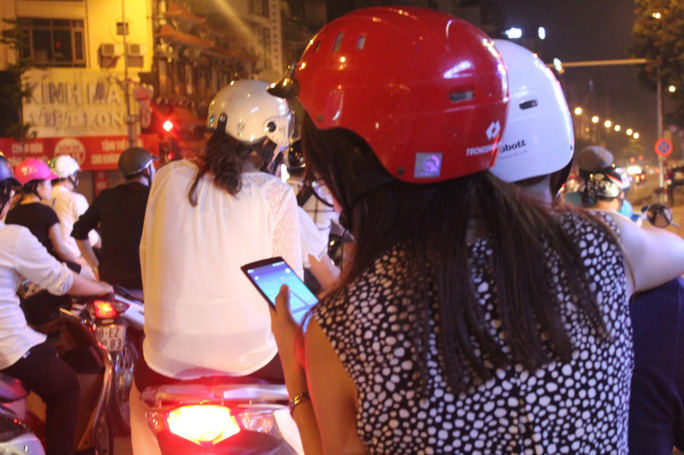 Cơn sốt ở Hà Thành: Cả nhà rồng rắn đi bắt Pokemon