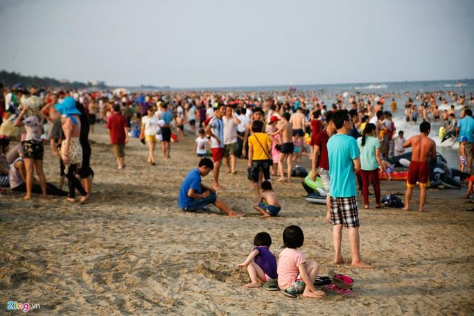 Bãi biển càng về chiều càng đông người do nắng tắt dần.