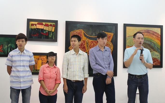 """Ông Trần Minh Khánh giới thiệu 4 tác giả của triển lãm """"Nét cọ chữa lành"""" ( từ trái sang: Công,Thảo, Tiến và Lãm)"""