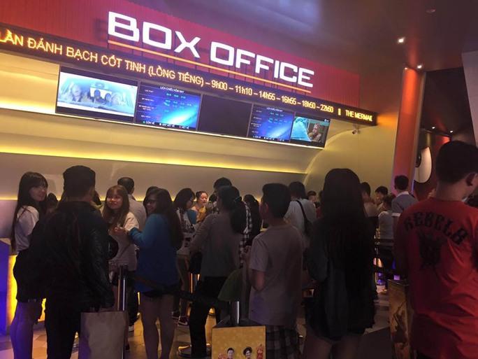 Khán giả chờ mua vé xem phim. Ảnh: CTV