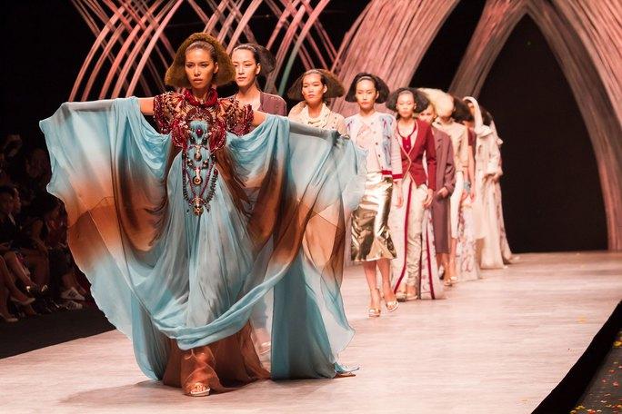 """Người mẫu trình diễn thời trang tại chương trình """"Việt Nam International fashion week 2015"""" Ảnh: KHÔI NGUYÊN"""