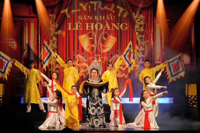 NSND Bạch Tuyết với vai diễn Thái hậu Dương Vân Nga trên sân khấu cải lương Lê Hoàng