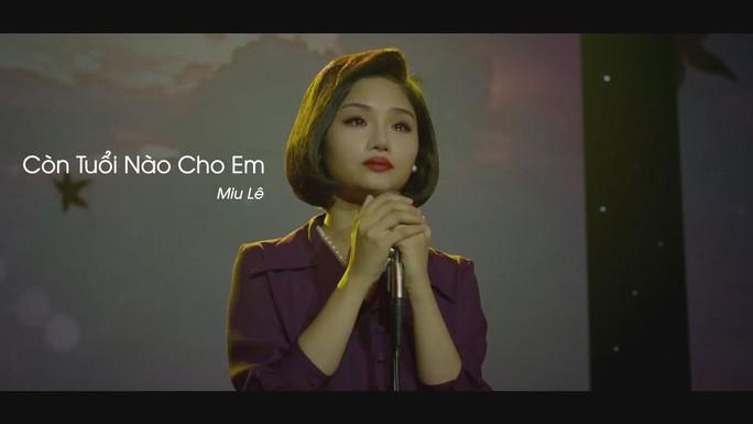 """Ca khúc """"Còn tuổi nào cho em"""" của Trịnh Công Sơn được Miu Lê trình diễn trong phim """"Em là bà nội của anh"""" (Ảnh do nhà sản xuất phim cung cấp)"""