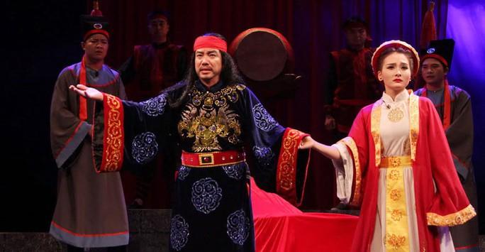 """Cảnh trong vở """"Công lý không gục ngã"""" của Nhà hát Tuổi Trẻ sẽ diễn đầu tiên tại Nhà hát Lớn Hà Nội Ảnh: TRƯƠNG NHUẬN"""