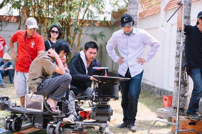 D.O.P James Ngô (thứ hai, bên phải) tác nghiệp trên trường quay. (Ảnh từ Facebook của nhân vật)