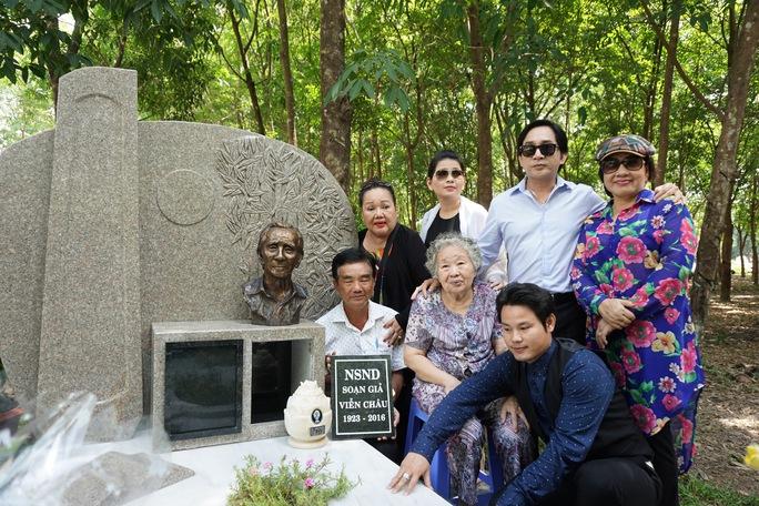 Các nghệ sĩ: Lệ Thủy, Ngọc Giàu, Kim Tử Long... và vợ của cố NSND Viễn Châu bên cạnh mộ phần của ông tại Hoa viên Nghĩa trang Bình Dương
