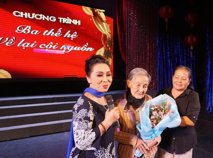 NSND Bạch Tuyết - đại diện các nghệ sĩ - trao tận tay nghệ sĩ lão thành Hoài Dung số tiền hỗ trợ