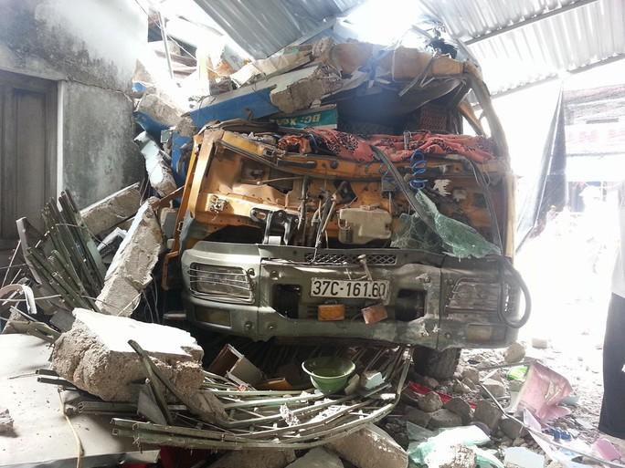 Đầu xe tải vỡ nát sau vụ tai nạn