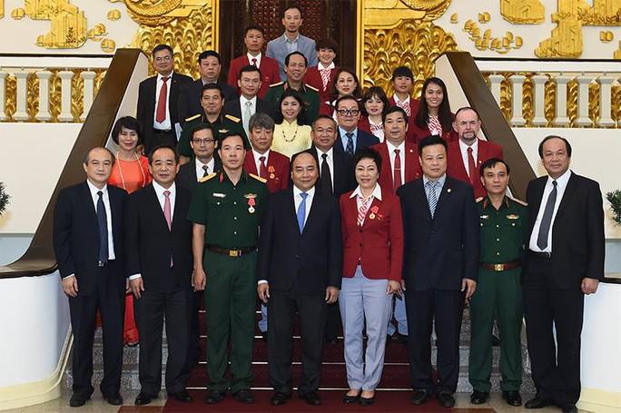 Thủ tướng chụp ảnh với các đại biểu tại buổi gặp mặt
