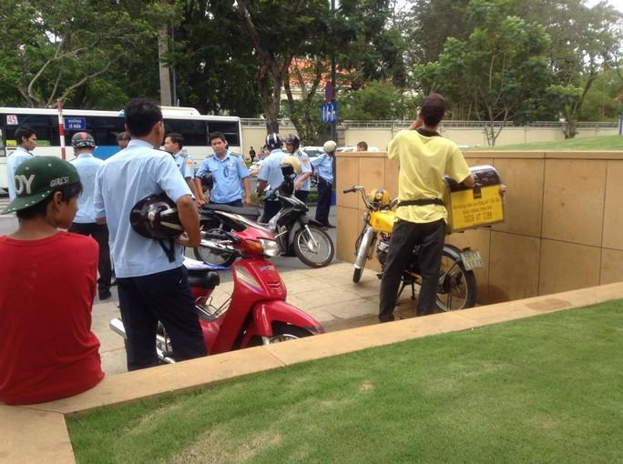 Nhân viên trật tự đô thị kiểm tra xử phạt nhân viên giao cà phê tại tòa nhà Kumho Asiana