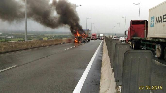 Xe container cháy ngùn ngụt khi đang lưu thông