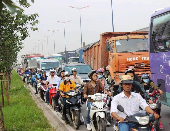 Ô tô cùng xe máy phải chen nhau nhích từng chút một ở làn xe 2 bánh do ảnh hưởng từ 3 vụ tai nạn