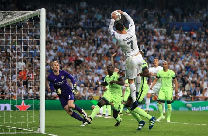 Ronaldo quên mất mình đang chơi bóng đá?