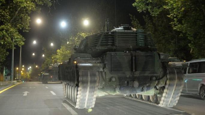 Xe tăng quân đội Thổ Nhĩ Kỳ ở thủ đô Ankara sáng 16-7. Ảnh: AP