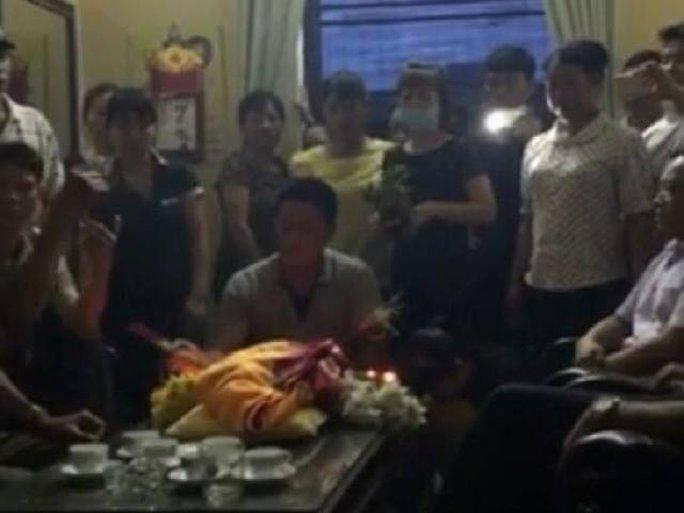 Cho rằng BV tắc trách dẫn đến cái chết của cháu bé, người nhà đã đặt thi hài bệnh nhi lên bàn giám đốc BV - Ảnh cắt từ clip
