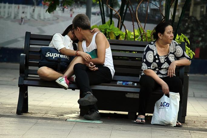 Đôi bạn trẻ vô tư thể hiện tình cảm một cách thái quá nơi công cộng.