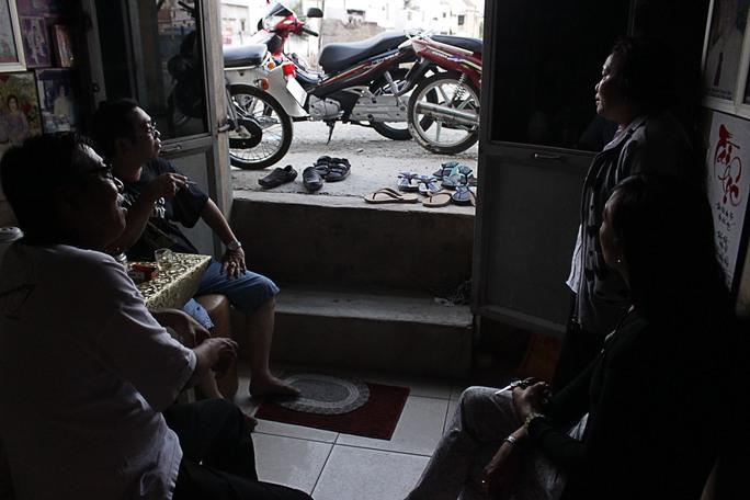 Đoạn đường dài khoảng 200m trong con hẻm 574 đường Kinh Dương Vương (quận Bình Tân) được nâng cao khoảng 1,5m khiến nhiều căn nhà thành căn hầm