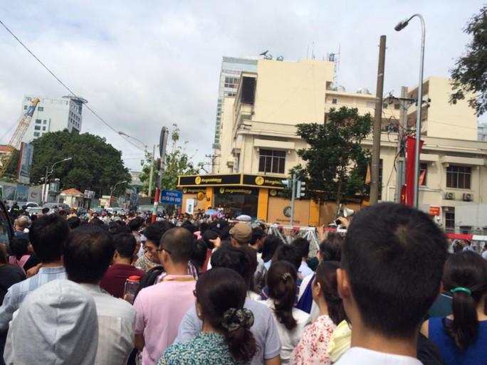 Đến 9 giờ 30, dòng người vẫn nườm nượp đổ về đường Nguyễn Bỉnh Khiêm để cố chen vào sát GEM center