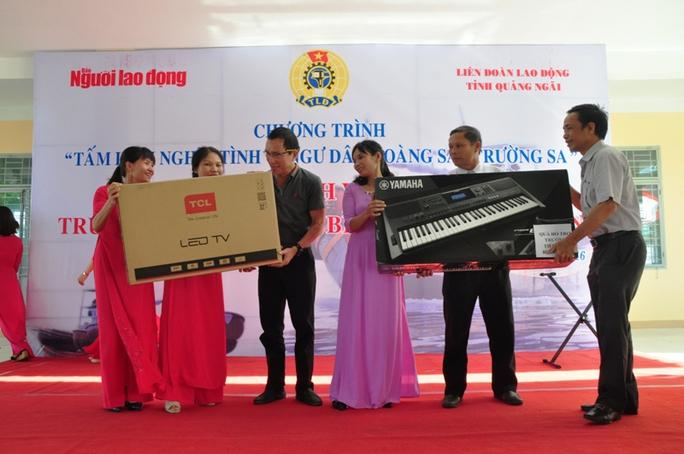 Đại diện Quỹ Tấm lòng vàng Người Lao Động và Công ty TNHH sản xuất Duy Lợi trao quà cho đại diện nhà trường