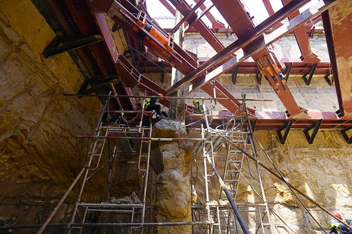 Phần ngầm của tuyến metro số 1 bắt đầu từ ga Ba Son kéo dài đến ga Bến Thành có độ dài 2,6km đang được thi công ngay bên dưới lòng đất. Nhà máy đóng tàu Ba Son gần 100 tuổi đã giải tỏa để phục vụ cho việc xây dựng tuyến đường sắt đô thị đầu tiên của thành phố