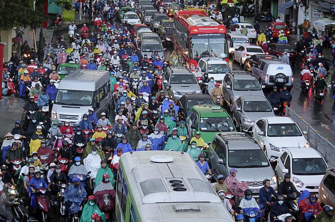 Tại đây, xe ô tô, xe buýt xếp hàng dài bất động trong khi đó xe máy thì cố gắng chen chúc, luồn lách để lưu thông.