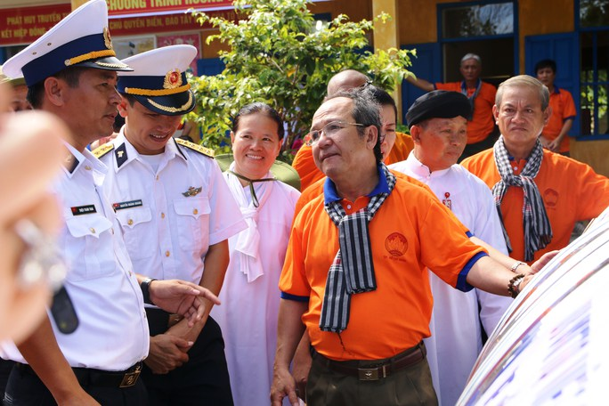 Ông Nguyễn Hoàng Năng tặng quà cho các chiến sĩ trên đảo Thổ Chu
