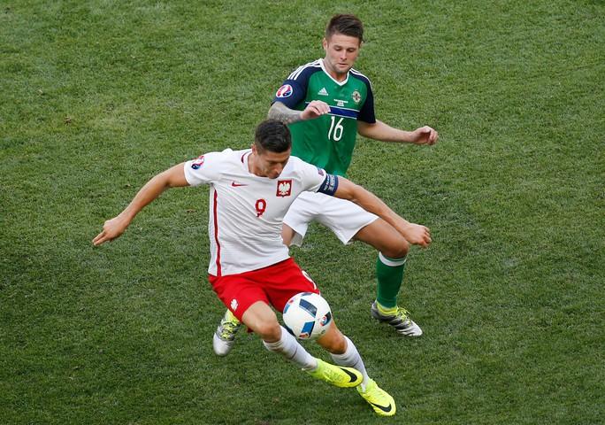Lewandowski (9) của Ba Lan quá quen thuộc với các tuyển thủ Đức khi là đồng đội và đối thủ tại Bundesliga Ảnh: REUTERS