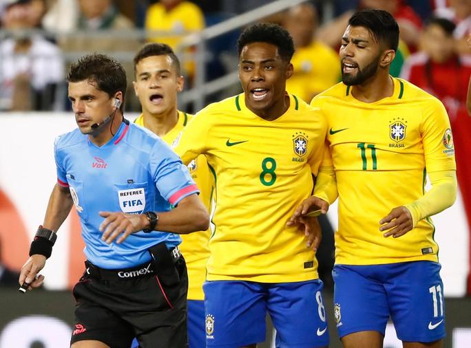 Các cầu thủ Brazil tranh cãi với trọng tài chính Cunha sau bàn thua đưa họ về nước Ảnh: REUTERS