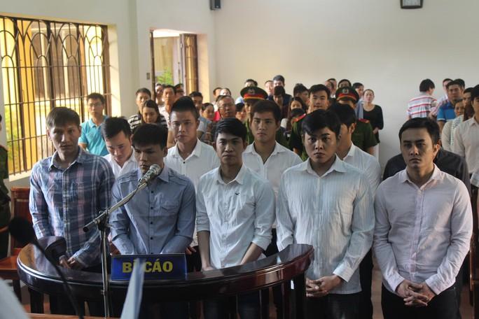 Các bị cáo ra tòa hôm 11-3, bìa phải hàng đầu là Phạm Hữu Phát, người bị tuyên án cao nhất với 6 năm tù Ảnh: XUÂN HOÀNG