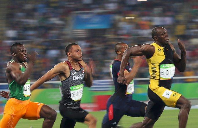 Sải chân dài và sự khổ luyện giúp Bolt (bìa phải) duy trì được sự thống trị trên đường đua Ảnh: REUTERS