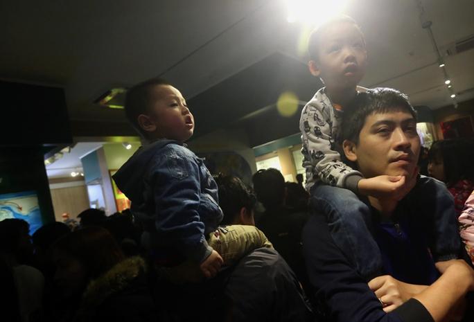 Vì quá đông nên các em nhỏ được bố kiệu trên vai xem các mẫu vật