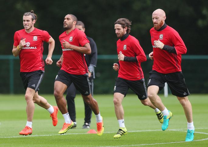 Bale (bìa trái) vẫn là linh hồn của Xứ Wales trên hành trình trở lại VCK World Cup Ảnh: REUTERS