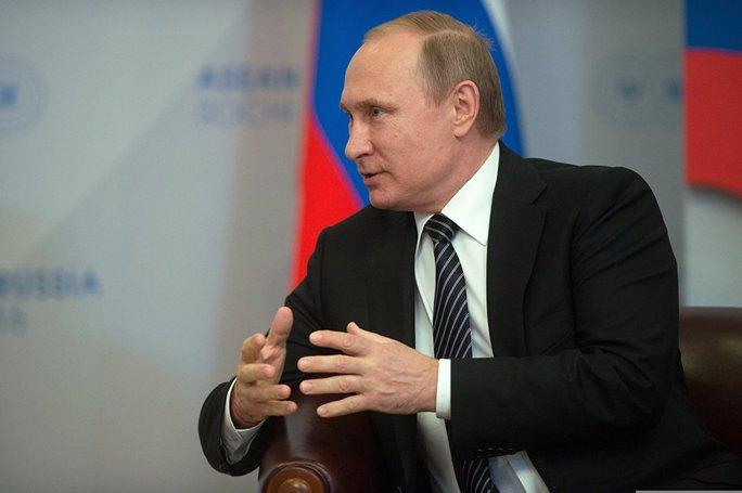 Tổng thống Putin nồng thắm ôm Thủ tướng Nguyễn Xuân Phúc