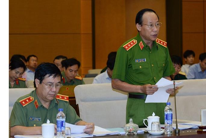 Thượng tướng Lê Quý Vương, Thứ trưởng Bộ Công an, trình bày dự thảo Luật Công an xã - Ảnh: Nguyễn Nam