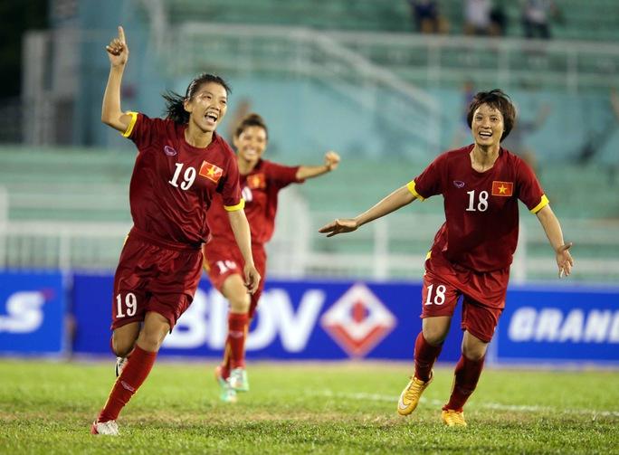 Huỳnh Như (trái) và Minh Nguyệt cùng lập công góp phần đưa Việt Nam vào chung kết Ảnh: Ngọc Linh