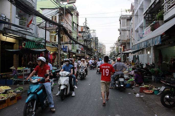 Đây là khung cảnh trên đường Diên Hồng (chạy dọc sát bên chợ Bà Chiểu) đang diễn ra cảnh lấn chiếm vỉa hè, lòng đường buôn bán hỗn loạn, người đi bộ bị đẩy ra giữa đường