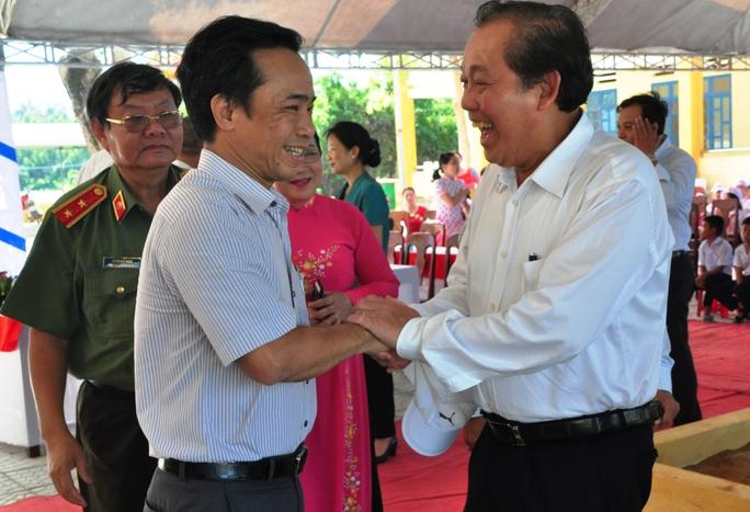 Phó Thủ tướng Trương Hòa Bình (phải) chúc mừng Tổng biên tập Báo Người Lao Động Đỗ Danh Phương tại khánh thành